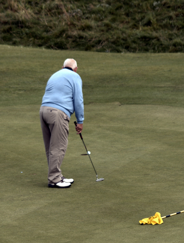 Willie Mackie gives up on this putt - then it falls in the hole!